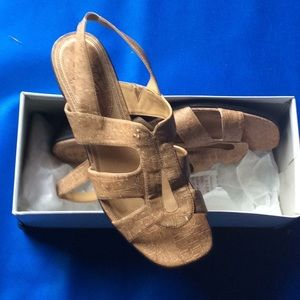 Lifestride tan cork like sandals